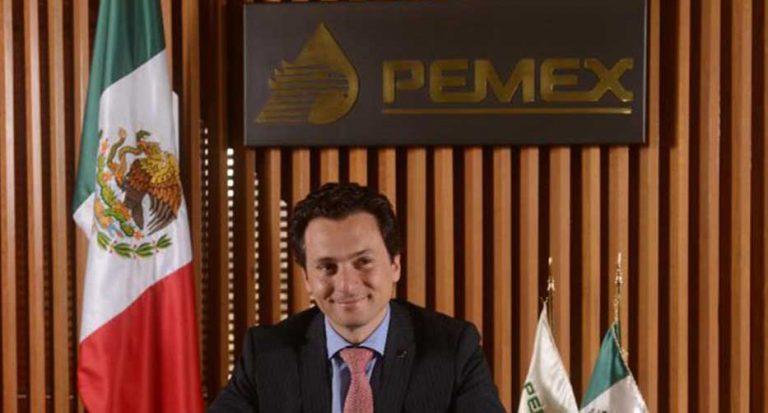 Foto de Emilio Lozoya frente al símbolo de Pemex.