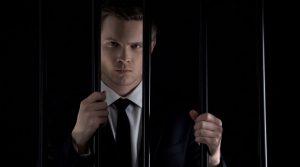 hombre-traje-negocios-cárcel-prisión