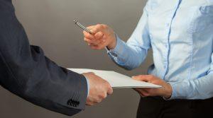 Si la orden de visita se entiende con un tercero, no es ilegal que se entregue después de la hora del citatorio previo