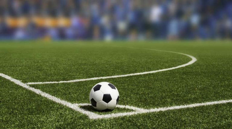 tiro de esquina en cancha de futbol soccer