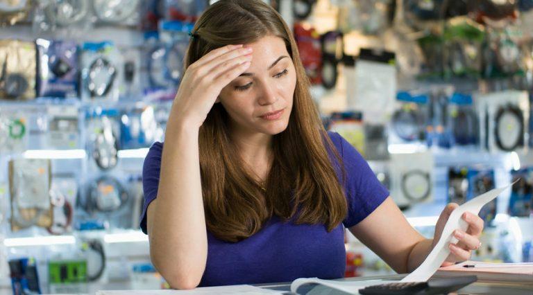 3 prácticas indebidas que usan los negocios para negarte una factura