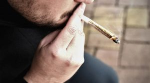 hombre fumando marihuana