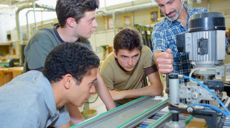 aprendices del programa Jóvenes Construyendo el Futuro