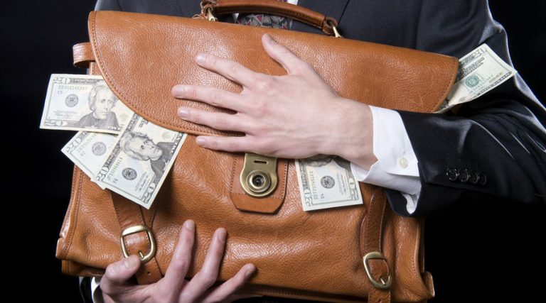 Grandes contribuyentes deben 230 mil millones de pesos al SAT